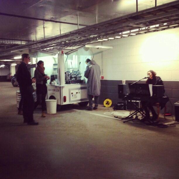 Fin start på dagen! Møtt med kaffe, live musikk og boller fra Multiparking #metronet