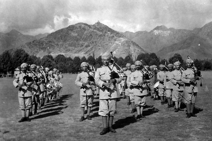 """Flautistas do Exército Britânico em """"Landi Khotal"""", cidade que fica no Paquistão.  Paquistão, aproximadamente 1930."""