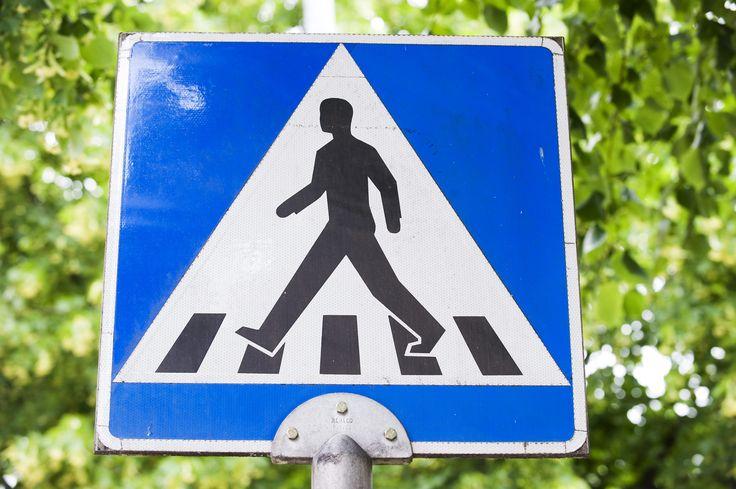 Onko koulun käytävillä nopeusrajoitus? Ketä pitää väistää? Löytyykö jyrkkiä mutkia?  Miettikää millaisia kulkusääntöjä koulussanne ja koulun pihalla voisi olla. Värittäkää oikeanlaiset liikennemerkit ja kiinnittäkää ne paikoilleen sisällä ja ulkona.  #aamulehti #koulumaailma #liikenneviikko