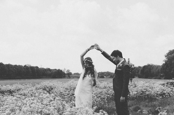 Bruiloft Fotografie, samen dansen in een veld wilde bloemen bij Veenendaal/Overberg. | Wedding photography dancing together in a field of wilde flowers