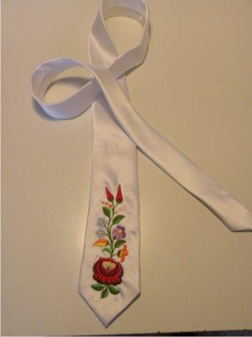 Hímzett nyakkendő 3, Kalocsai
