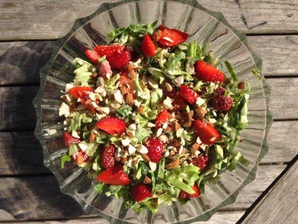 Lækker sommersalat med spidskål, jordbær og mormordressing   RikkePrikke   Bloglovin'