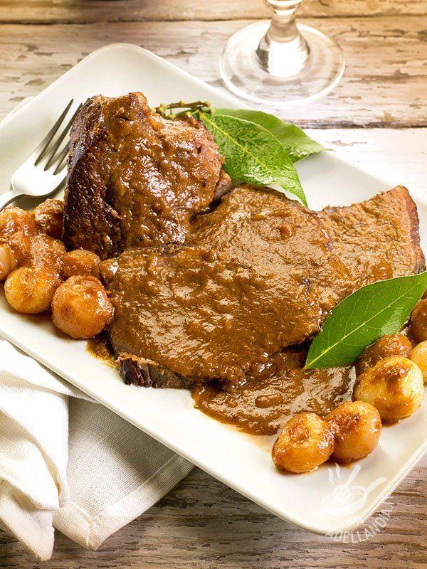 Lo Stracotto con cipolline è una preparazione per la quale occorre un po' di tempo ma i risultati non deludono mai. Seguite la ricetta passo passo!