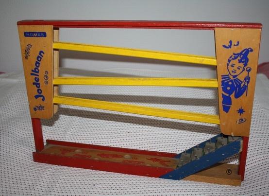 Homas Jodelbaan - met een knikker het baantje af en aan het eind een kleine xylofoontje, eindeloos mee gespeeld!