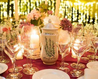 Mesero para la boda de los farmaceúticos Paco y Maite, realizado en albarelos de cerámica pintados a mano con diseños de Loveratory. La organización integral de la boda corrió a cargo de Sí!Quiero.  Foto: Nani de Pérez #mesero #meserosdeboda #meserosdeceramica #bodabotanica #bodafarmacia #bodas2017 #tendenciasdeboda
