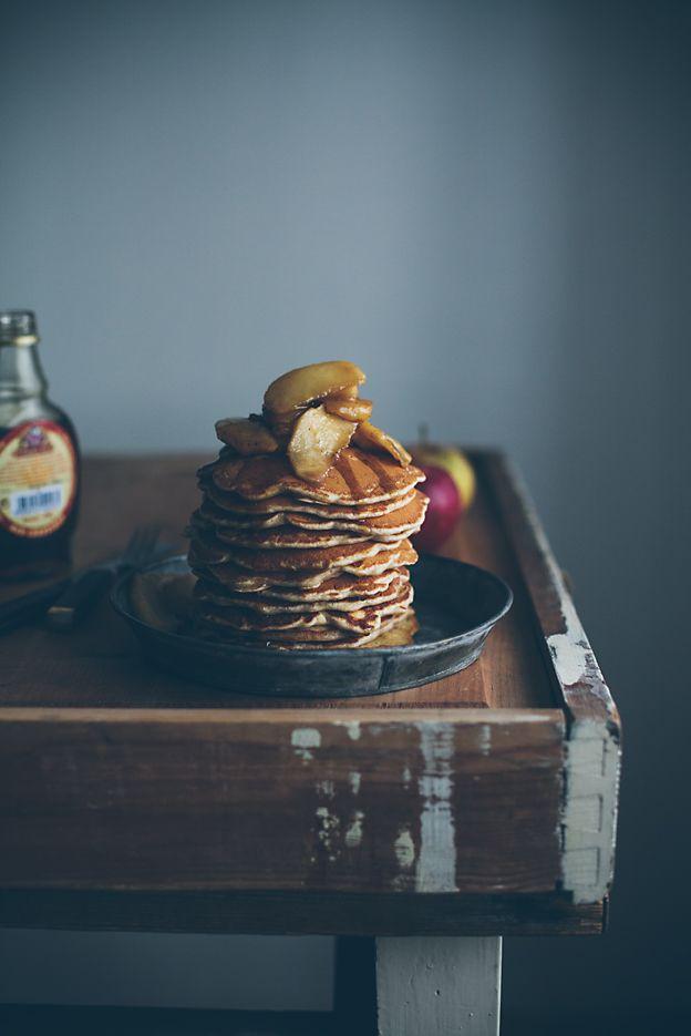Jag blir nog tvungen att utnämna dessa pannkakor till de bästa pannkakorna jag gjort. Det är något med äpple, kanel, brunt socker och lönnsirap som bara är så fantastiskt. Just nu har jag den där...