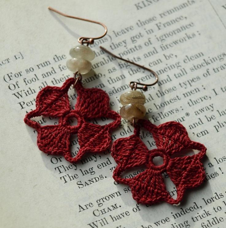 orecchini a uncinetto e perle