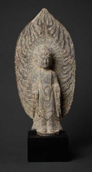 STEHENDER BUDDHA VOR FLAMMENDEM NIMBUS - Grauer Stein. China, vermutl. Tang-Dynastie[...]