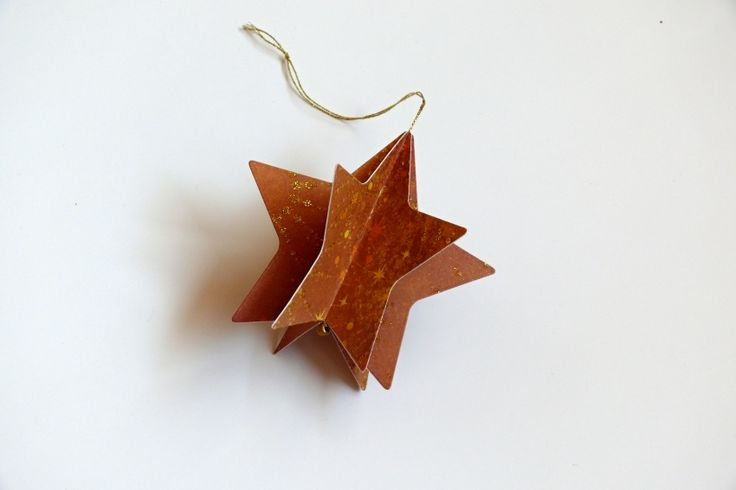 Vánoční+hvězdička+na+stromeček+Krásná+dekorace+na+vánoční+stromeček,+na+vánoční+větvičku+nebo+jen+tak+k+zavěšení.+Velikost+hvězdičky+je+8,3+cm.+Pevný+kvalitní+karton+s+krásným+vzorem.