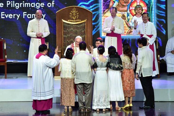 """""""¿Me quieren?"""", arrancó la homilía del Papa en inglés. """"¡Sí!"""", respondieron todos. El Santo Padre dijo divertido: """"Gracias, muchas gracias, pero estaba leyendo las palabras de Jesús"""". La improvisación del Pontífice argentino desató la ovación y las risas de los obispos, sacerdotes, religiosos y seminaristas filipinos presentes en la Catedral."""