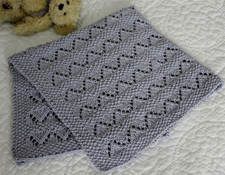 Et blødt og lunt tæppe til den nyfødte er et must. Det er et rigtig hyggeligt strikketøj at sidde med, og det er en superfin barselsgave til veninden eller datteren. Hul- og perlemønsteret beskrives i strikkeopskriften, og du skal kun strikke det en gang, så sidder det nærmest i fingrene. Tæppet er strikket i ren bomuld, men du kan også…