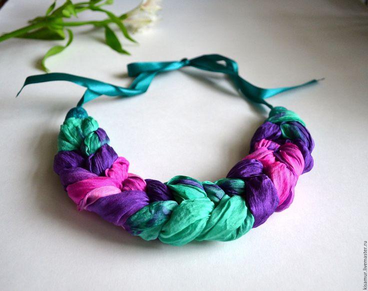Купить колье коса из шёлка окрашеного вручную фиолетово-изумрудно розовая - колье ручной работы