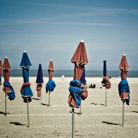 Deauville  et sa plage ..... une belle image que ces parasols qui vous attendent au bord des planches de Deauville ...à découvrir lors de vos vacances en gite au Domaine du Martinaa  Kiss du Martinaa  Valérie  www.martinaa.fr