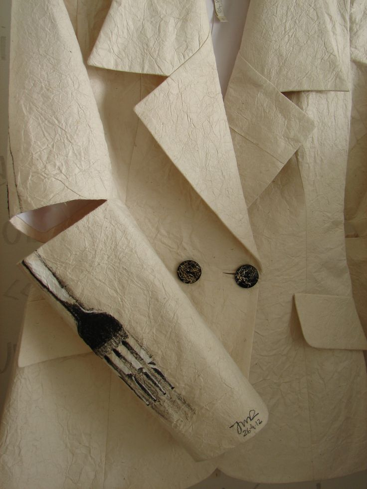 Jacket on pinapple paper by Olga Piedrahita. Drawing by Juan Manuel Ramírez