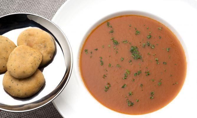 Karlos Arguiñano elabora una crema de tomate, pimiento rojo y cebolleta asados en el horno y la acompaña de galletas saladas a las hierbas provenzales. Una receta vegana y