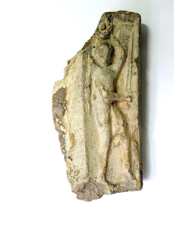 Fragment żebra sklepiennego z wyobrażeniem rycerza z mieczem, 2 połowa XIV w. Wymiary: 53x28 cm. Detal pochodzący z Katedry gnieźnieńskiej p.w. Wniebowzięcia NMP.