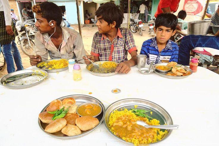 屋台飯朝ごはん インドの子どもとご相席 . . #indianfood #food #streetfood #foodie #snack #curry #spice #インド料理 #世界のごはん #朝ごはん #カレー #スパイス補給