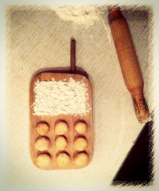 """Печеньки """"Пятнашки"""" Смешать растопленную пачку масла, стакан сахара, 3 яйца и 4 стакана муки в один ком. Раскатать по кусочкам, сделать формочки, одну сторону обмакнуть в сахар, выложить на противень"""