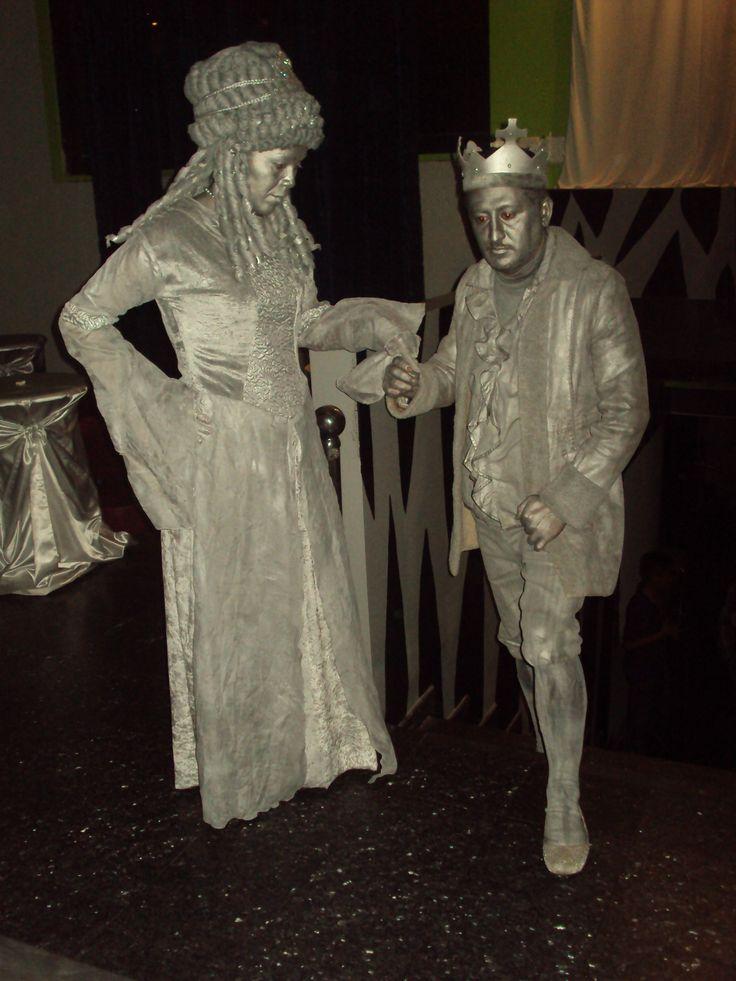 estatuas vivientes de pareja de reyes