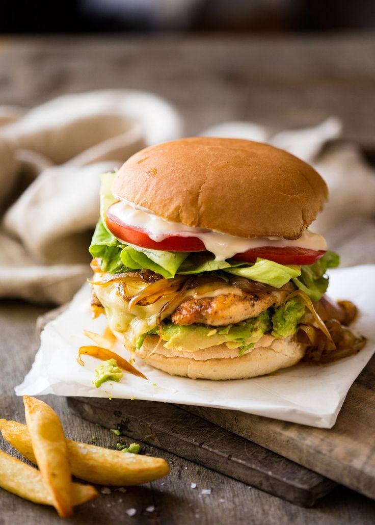 カリッと焼き上げたチキンになくてはならないとろけるチーズ。玉葱、アボカド、レタス、トマトにニンニク味のマヨネーズも重ねたハンバーガー、 チキンバーガー です。