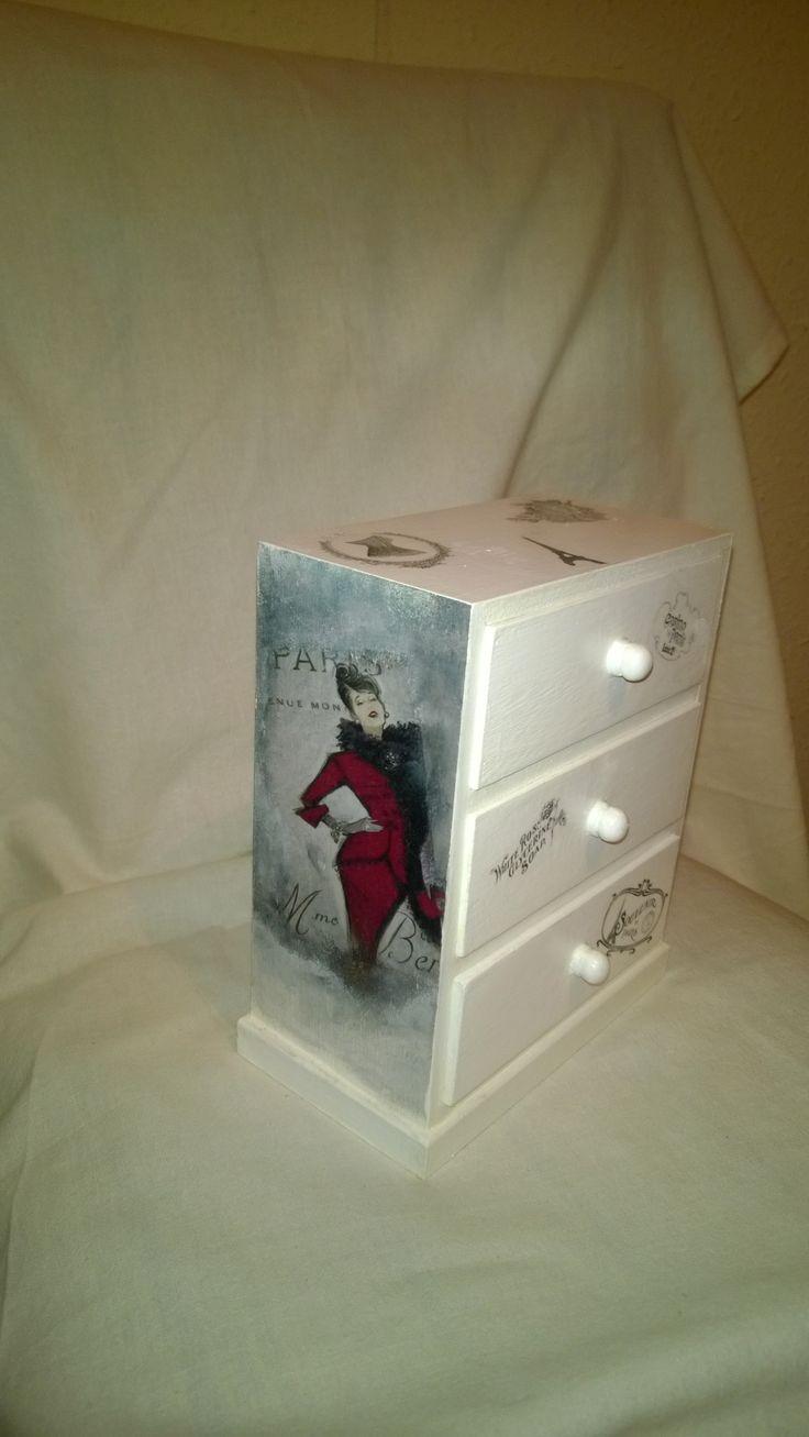 Ékszertartó szekrényke, igazi nőcis mintázattal, transzfertechnikával díszítve.