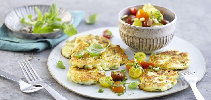 Skyr-Basilikum-Plinsen mit Kirschtomatensalat - Puffer mit Quark-Joghurt Skyr, kalorienarm - http://www.lidl-kochen.de/de/Rezepte/Skyr-Basilikum-Plinsen-mit-Kirschtomatensalat