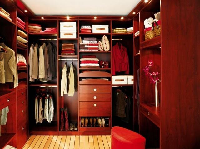 Dressing : http://www.maison-deco.com/petites-surfaces/rangement-gain-de-place/Les-dressings-ne-se-cachent-plus