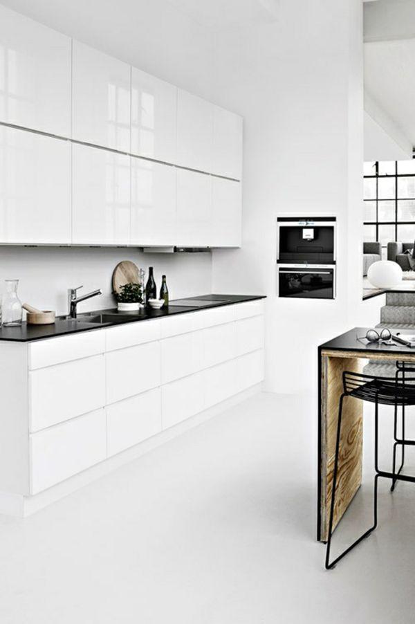 cuisine blanche, plan de travail/ilot/table à manger légère