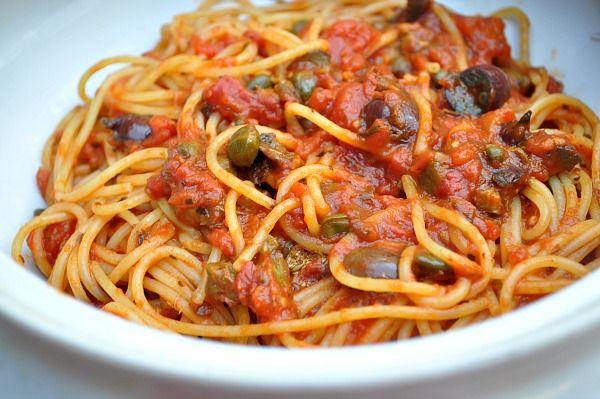 Spaghetti alla puttanesca. O nome assusta a todos que ouvem, e dizem mas é isso mesmo que eu entendi? Sim é isso mesmo, mas a origem do nome não é certa, dizem que o p...