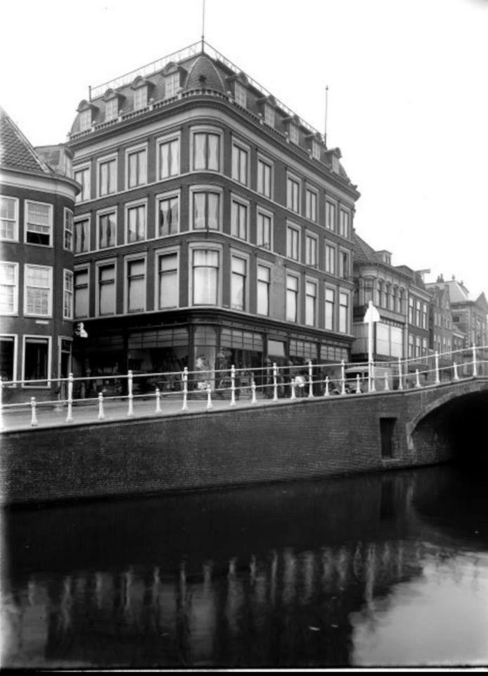 Gezicht vanaf de Nieuwe Rijn op het pand van Vroom & Dreesmann aan de Aalmarkt (1936).