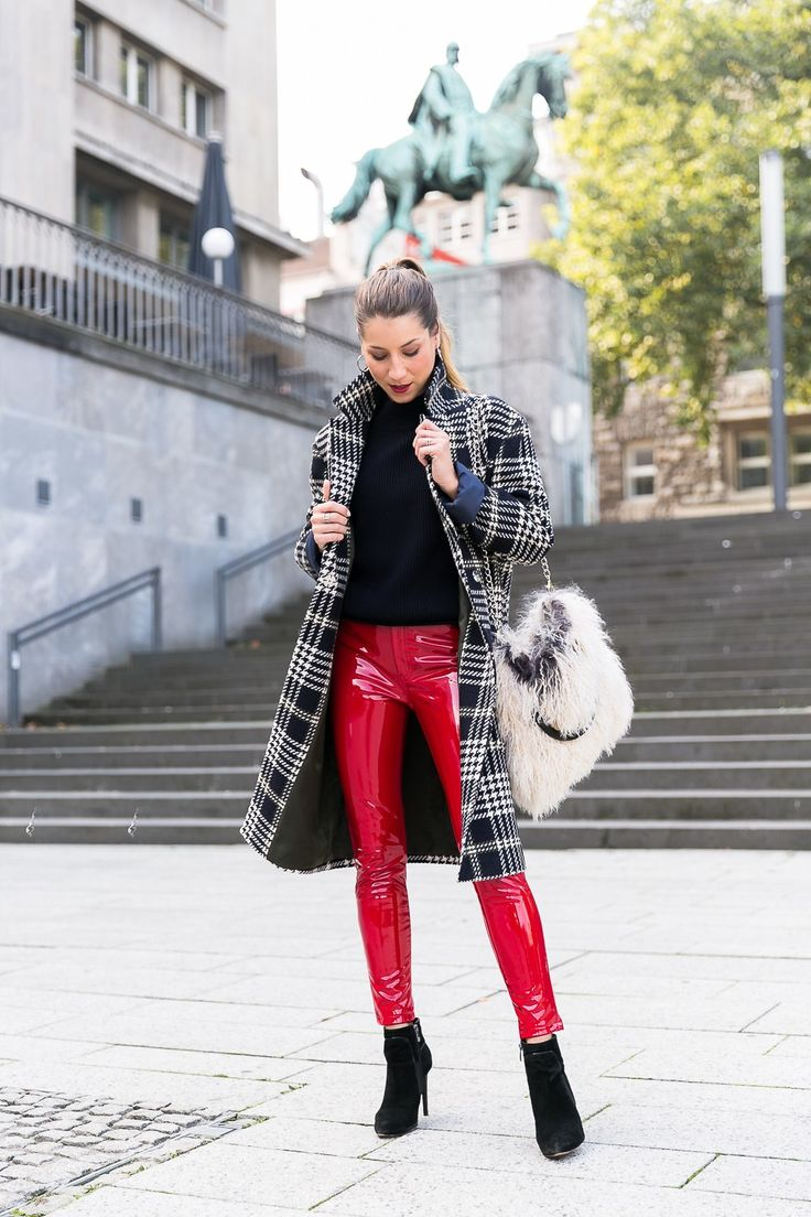 Herbst Street Style Glencheck Mantel & rote Lackhose