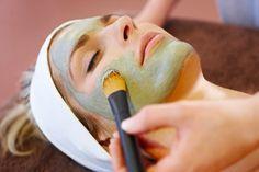 Os poros abertos estão associados à oleosidade da pele e podem piorar com o passar do tempo. O segredo é manter a limpeza da pele para atenuar o problema.