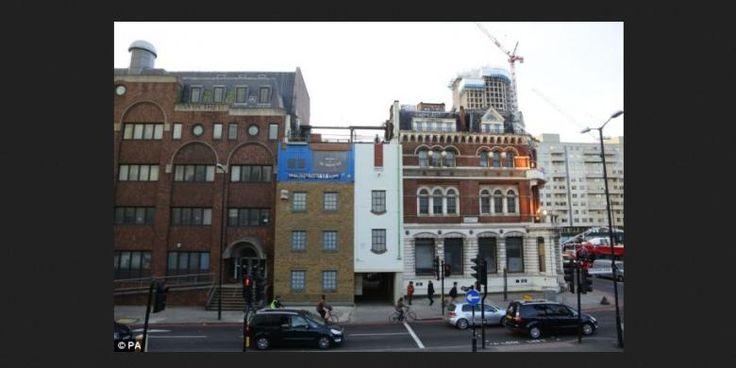 Gedung Ini Berberbentuk Terbalik | 10/12/2014 | SolusiProperti.com - Alex, Seniman berusia 29 yang tinggal di Hackney, London timur, bekerja sama dengan berbagai perusahaan konstruksi untuk menciptakan karya seni yang ia sebut dengan Miner On The Moon ... http://news.propertidata.com/gedung-ini-berberbentuk-terbalik/ #properti #proyek