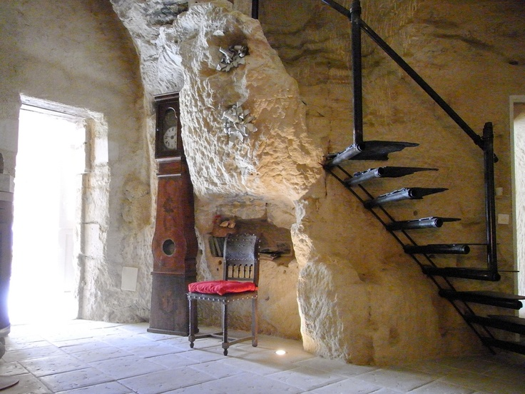 "Beautiful gite ""Les Volets Jaunes"" for 4 persons (130 m²). Come to discover its interior decoration in the middle of a troglodytic architecture. Located in Saint Epain, near Chinon and the Azay le Rideau castle. Accessible by the A10."