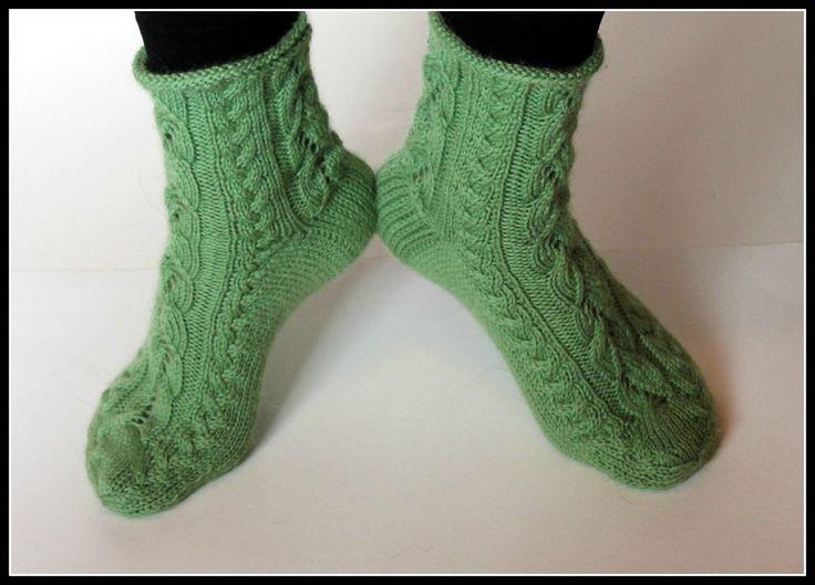 Sukkasiskot Virna ja Verna yhdistävät pitsiä ja palmikkoa.            Perinteisen tyyppisessä sukassa jujuna on kiila- ja kärkikavennus...