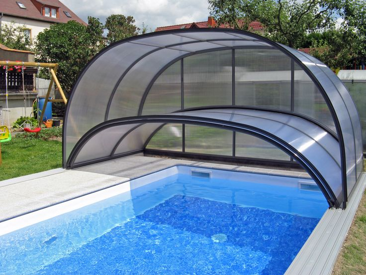 Folded swimming pool enclosure COMBI with one high and one low part.