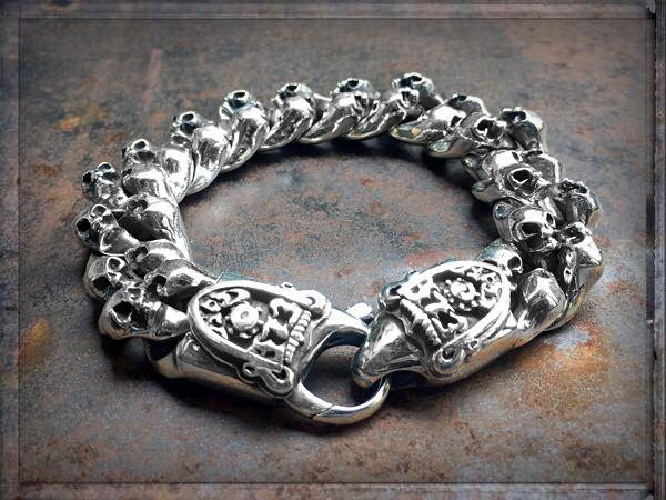 THE LOOK THAT KILLS... zum STERBEN SCHÖN... ❤️ ✦✦✦ ►►► #ONLINESHOP ≫≫≫ www.schmuck-reichenberger.de #elfcraft #schmuck #burghausen #sterlingsilver #925sterlingsilver #silberarmband #massivesilver #splendidrock #armbandliebe #meteorite #meteoritejewelry #skulljewelry #skullbracelet #bikerjewelry #armcandy #armparty #rockjewelry  #getrocked  #rockinhot #addictedtorock #rockstylejewelry #sterlingsilverjewelry #silverbracelet #schmuckblog