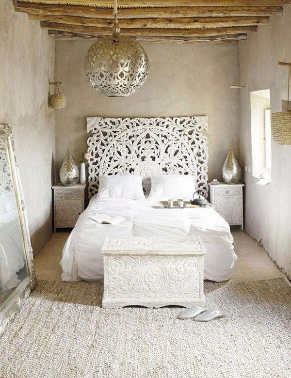 Etnische Ibiza slaapkamer met Marokkaanse lamp. Als je je hier niet in het sprookje van Duizend en één nacht waant. // via Nomadic Decorator & My Cosy Retreat