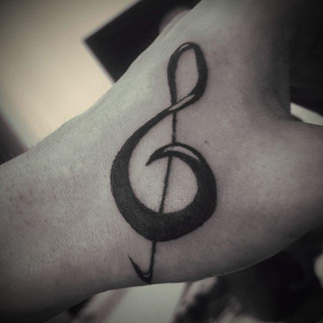 L0 Ayer después del ensayo salió una clavecita de sol en la mano para Eze (se ve medio chuequita por la posición de la mano) Gracias por prestar la piel, hermano 😊  #tattoo #ink #black #music #solkey #gkey #musica #tatuaje #clavedesol #tinta #cordoba #argentina tinta,music,tatuaje,ink,black,solkey,cordoba,tattoo,argentina,musica,clavedesol,gkey