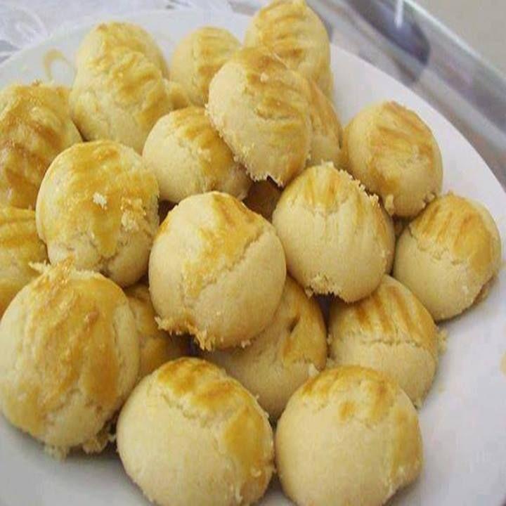 Ingredientes 1 kg de farinha de trigo 700 g de margarina 5 gemas 1 colher (chá) de sal 100 g de queijo parmesão Modo de Preparo:Em um recipiente adicione a farinha de trigo, os ovos, a margarina, o sal e o queijo. Misture tudo muito bem. Sove a massa até que fique lisa e se…