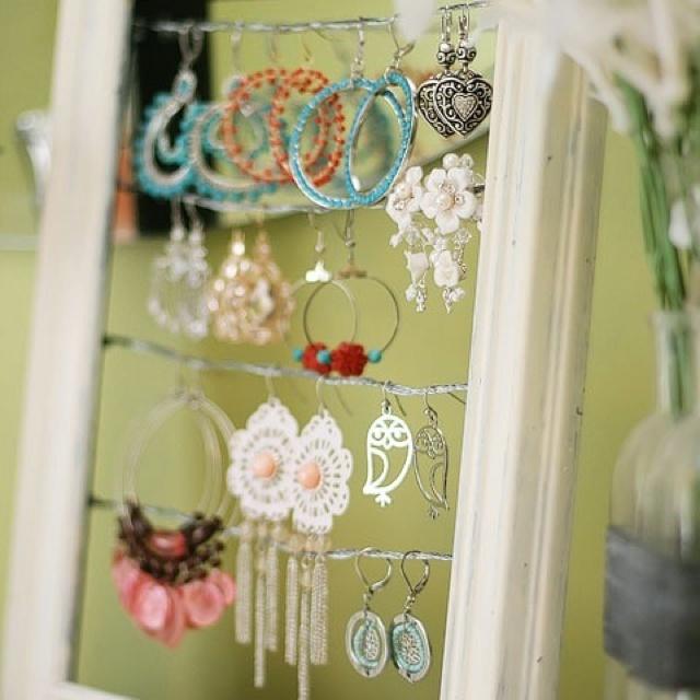 Bruk en gammel ramme som smykkestativ. Ståltråd festet med noen små spiker eller skruer, tvinne tråden rundt skruen/spikeren og VOILA! så har du en fint stativ til henge øredobber eller evt andre ting du ønsker å henge.