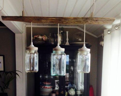 Tøff taklampe med tre norgesglass og resirkulert tre. Lager på bestilling etter mål og antall lamper. Pris for to lamper 1290,- tre lamper 1490,- fire lamper 1690,- Ta kontakt med oss på mail ved interesse og leveringstid. Frakt kommer i tillegg,