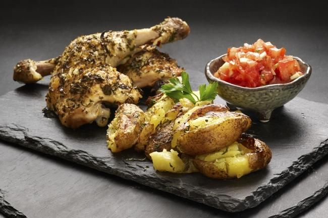 Kyllinglår med grillede småpoteter  Låret er den delen av kyllingen som byr på mest smak. Nyt dem med enkelt tilbehør som grillede småpotete...
