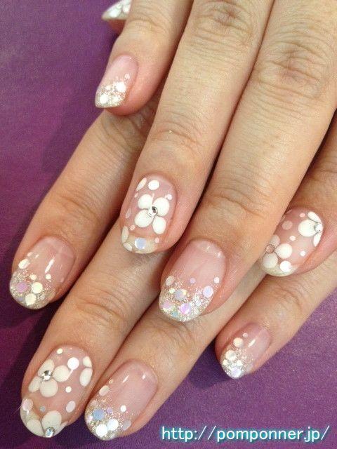シルバーラメグラデーションと白い花柄にホログラム Nail wearing a hologram in white floral design and silver glitter gradation