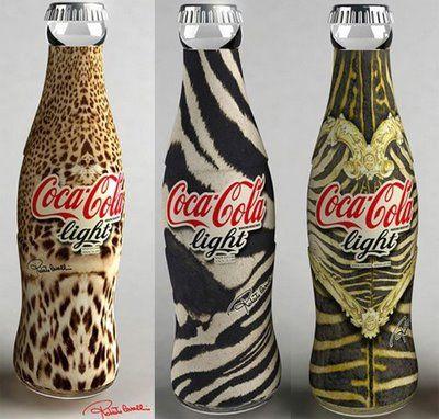"""Los tres diseños de Coca Cola seleccionados por Roberto Cavalli se basan en la utilización de """"Animal Print"""", tratando de imitar la apariencia de los finos vestidos del diseñador."""