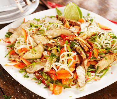Asiatisk sallad med nudlar, lime, koriander och krispiga prim�rer, toppad med n�tigt rostade sesamfr�n. Perfekt till grillade fl�skkotletter. God, l�tt och fr�sch middag som passar varje dag!