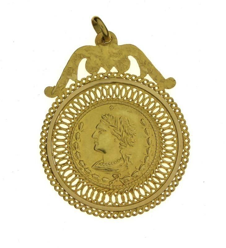 Lote 4107 - Medalha e Pendente, em Ouro 800 (19,2 kt). Medalha com imagem de busto clássico feminino e verso com duas figuras, um anjo e a simbologia da vitória. Peso: 5,40 g. Dim: 4,5 x 3,2 cm. Nota: PVP estimado de € 550 em ourivesaria. Aro da medalha com decoração vazada e pendente com acabamento martelado. Com marcas de contraste do Porto e de responsabilidade em vigor desde 1985. Como novo - Current price: €180