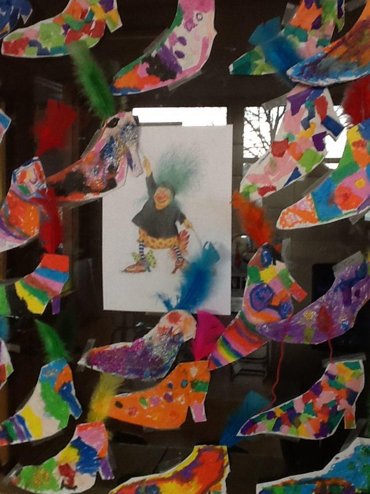 Begeleide of zelfstandige activiteit - Het miniheksje platvoetje. De kinderen hebben haar schoenen creatief versierd.