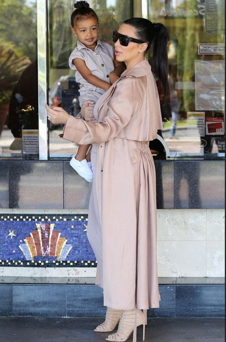 kim kardashian west, 12 juillet 2015, kanye west, north west, calabassas, cinema, kim kardashian enceinte, kim kardashian long trench lanvin