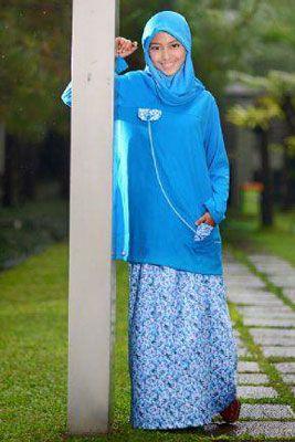 Nibras Teens NT12 – Gamis setelan menarik berwarna biru benhur perpaduan warna polos kombinasi saku atas bawah dipadupadankan dengan rok berwarna corak bunga-bunga sewarna dengan atasan - Rp. 199.000,- Discount 15% = Rp. 169.000,-